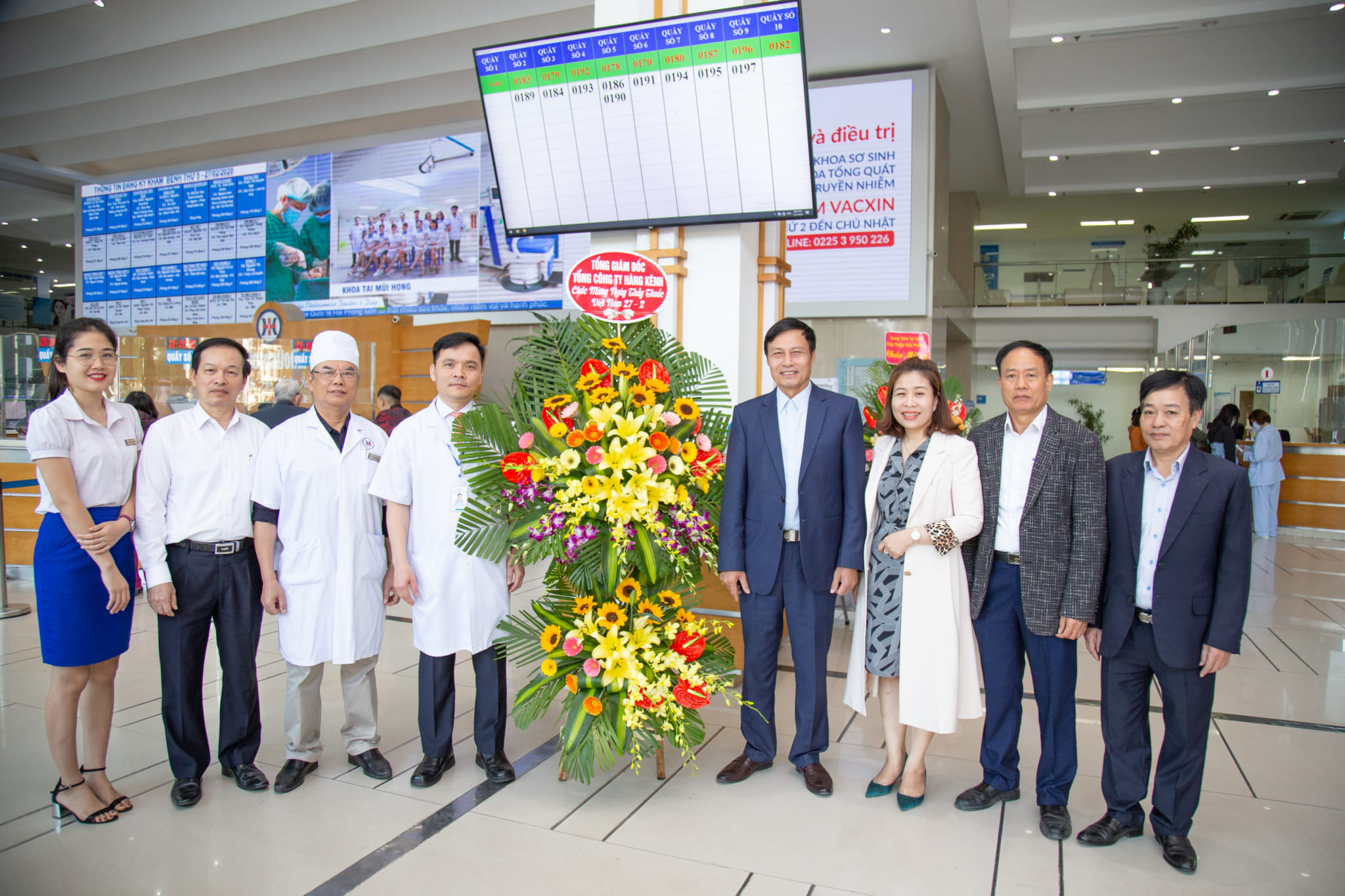 Ban lãnh đạo Tổng công ty Hàng Kênh - CTCP đã tặng hoa và gửi lời chúc mừng đến tập thể ban lãnh đạo bệnh viện đa khoa Quốc tế Hải Phòng
