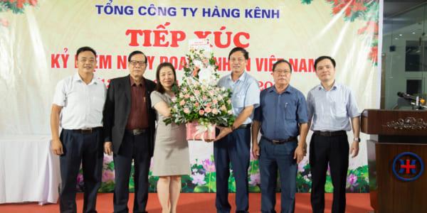 Bà Nguyễn Thị Hải Ninh - Chủ tịch Công đoàn Tổng Công ty gửi tặng Ban lãnh đạo lăng hoa chúc mừng ngày Doanh nhân Việt Nam.